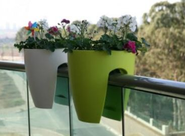 Chậu trồng hoa đẹp gắn lan can