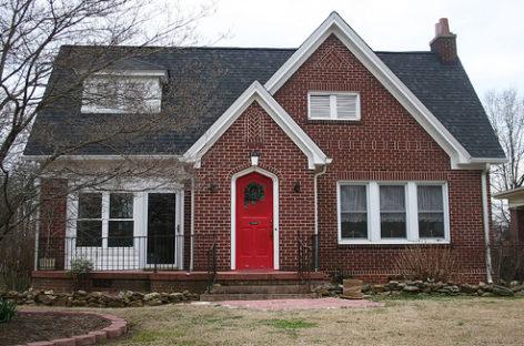 Nhà xinh với cửa màu đỏ rất đẹp và hợp phong thủy