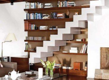 Phòng khách ấn tượng dưới… cầu thang