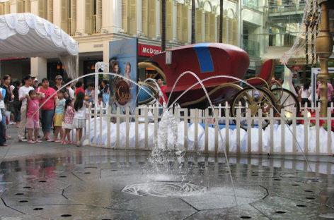 Thư giãn cùng đài phun nước tại khu thương mại Bugis Junction, Singapore