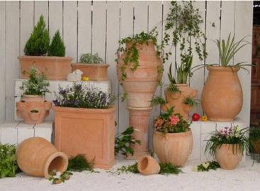 Đồ gốm dân tộc tô điểm cho ngoại thất nhà vườn