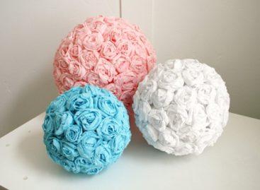 Nhà dễ thương với quả cầu hoa treo tường