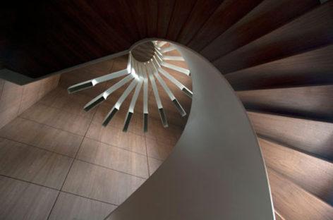 Độc đáo cầu thang xoắn ốc và hệ thống chiếu sáng tích hợp