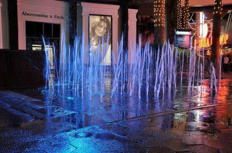 Đài phun nước trên phố đi bộ CityWalk, Los Angeles