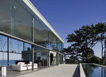 Ngắm nhìn ngôi nhà bằng kính bên bờ biển xanh