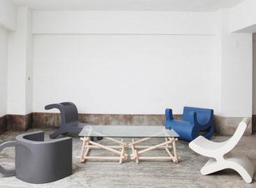 Tách cà phê đảo ngược hóa thành bàn ghế xinh