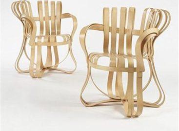 Ghế Cross Check với những dải gỗ đan chéo mềm mại và uyển chuyển