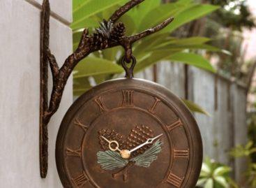 Trang trí sân vườn với đồng hồ