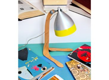 Chiếc đèn bàn cùng thiết kế chân gỗ ngộ nghĩnh
