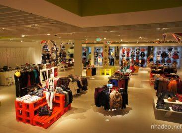 Đèn trang trí đa sắc màu tại cửa hàng thời trang Bershka