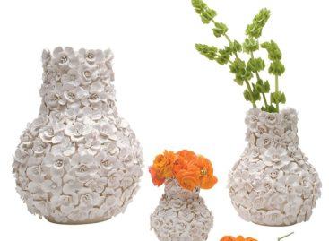 Hình ảnh những cánh hoa mềm mại trong bộ sản phẩm lọ và bát gốm sứ