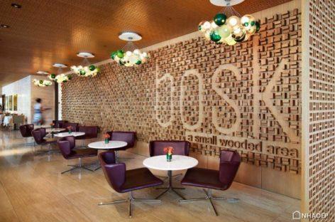 Không gian bằng gỗ ấm áp của nhà hàng The bosk ở Toronto