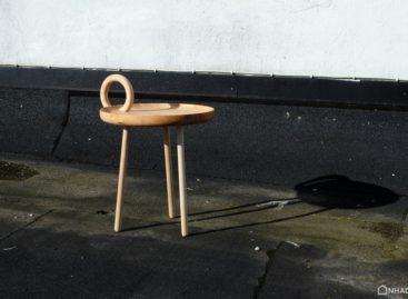 Chiếc bàn side table O lấy cảm hứng từ chân nến đồng cổ