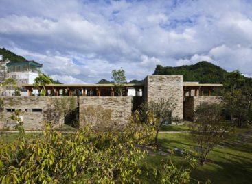 Nhà hàng đá giữa vườn hoa đào