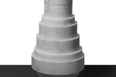 Chiếc bình bằng cẩm thạch của Moreno Ratti có hình dạng như một trò chơi toán học