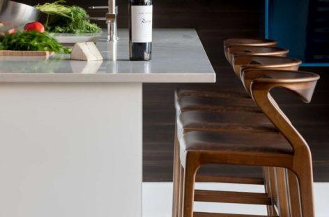 Chiếc ghế quầy bar Duda bằng gỗ với thiết kế lạ mắt