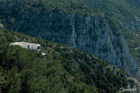 Khám phá ngôi nhà hiện đại nằm chênh vênh trên vách núi ở Ibiza, Tây Ban Nha