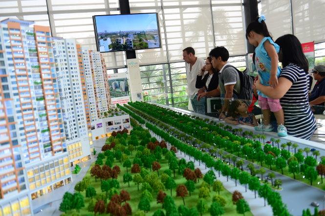 Khách nước ngoài tìm hiểu mua căn hộ tại một dự án ở Q.2, TP.HCM trưa 10–5 – Ảnh: Quang Định