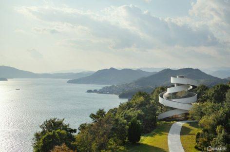 Chiêm ngưỡng nhà nguyện mang hình dáng dải ruy băng mềm mại tại Nhật Bản