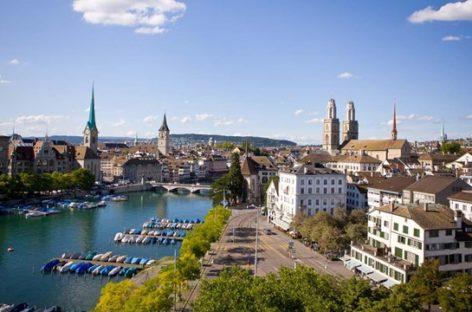 Cảnh thanh bình ở một quán cà phê ngoài trời tại thành phố Zurich, Thụy Sĩ