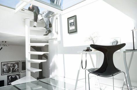 Căn hộ tối giản với gác lửng và giếng trời độc đáo