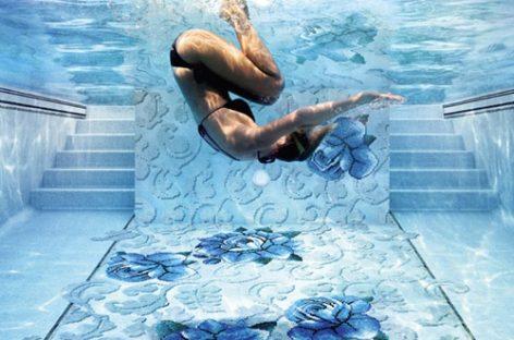 Bể bơi lung linh với gạch mosaic thủy tinh họa tiết hoa lá