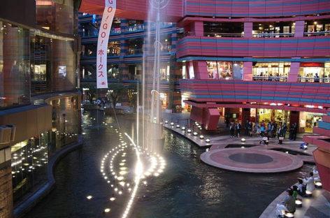 Bức tranh từ nước giữa trung tâm mua sắm Canal City Hakata, Nhật Bản