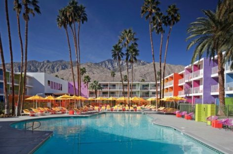 Sắc màu rực rỡ của khách sạn Saguaro Palm Springs