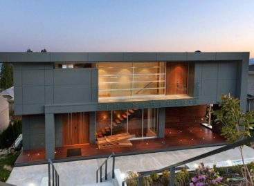 Toà nhà với kết cấu thép vững chắc bên bờ biển Thái Bình Dương xinh đẹp