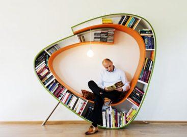Ấn tượng với đường cong độc đáo của kệ sách Bookworm