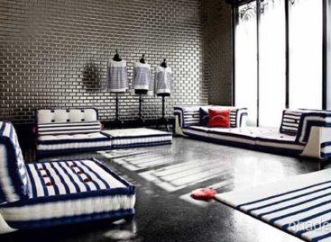 Ghế sofa mang chủ đề hàng hải cho phòng khách bởi Roche Bobois