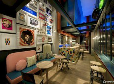 Ghé thăm quán cà phê bar RE của Minas Kosmidis