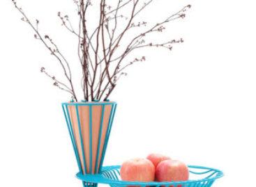 Sự kết hợp tinh tế giữa bình hoa và đĩa đựng trái cây