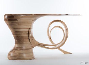 Chiếc bàn điêu khắc Waiho của nhà thiết kế Robert Scott
