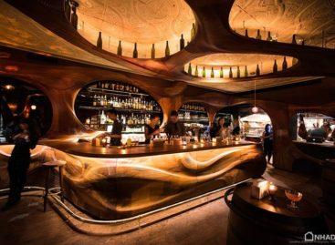 Quán bar ở Toronto huyền bí với nội thất gỗ uốn cong