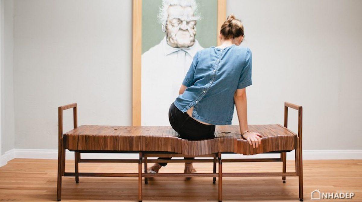 Những chiếc ghế gỗ êm ái, uốn cong vừa vặn theo tư thế của người ngồi