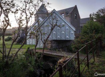 Xưởng vẽ nổi bật bên bờ biển Scotland