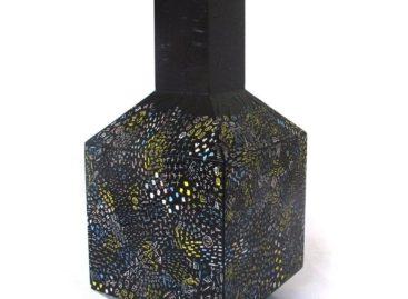 Khám phá những sắc màu ẩn trên chiếc bình hoa của nhà thiết kế Itay Ohaly