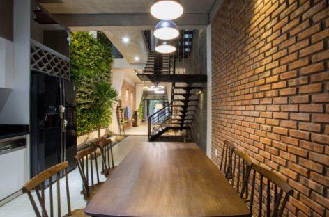 Gia chủ Đà Nẵng xây 2 cầu thang để nhà ống 25 m sáng trưng